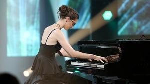 Léa Suzanne joue du piano.