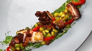Pieuvre grillé sur salade tiède, condiment salmoriglio