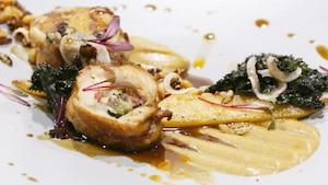 Ballottine de volaille farcie à la pancetta, au chou frisé et au bourbon