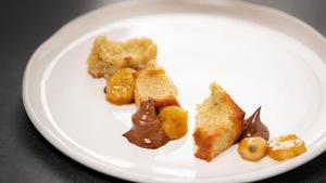 Cake à la banane et poudre de grillon, crémeux au chocolat, banane flambée au calvados et sirop d'érable