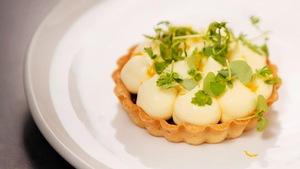 Tartelette au citron parfait glacé à la vanille.