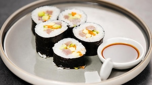 4 rouleaux de makis au thon albacore, concombre, carotte, avocat et sauce ponzu, yuzu et soya.