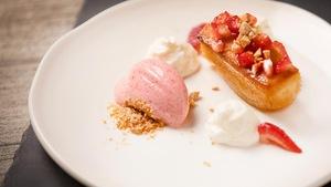 Pouding chômeur, mousse à la crème sure, amandes et sorbet à la fraise.