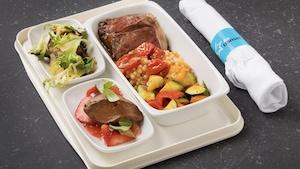 Une salade de champignons grillés, marinés, une entrecôte sauce au poivre, ratatouille et couscous aux tomates rôties et une ganache au chocolat, compote de fraises et fruits frais.