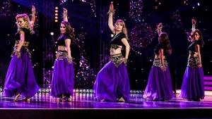 Les filles dansent un baladi sur le plancher de danse