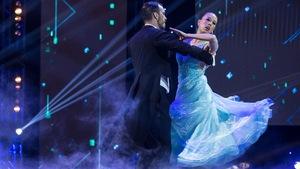 Cynthia Wu-Maheux et Samuël Côté dansent une valse viennoise.
