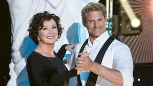Le couple est dans une pose de danse sur la scène des Dieux de la danse.