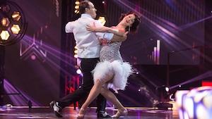 Emmanuelle Lussier-Martinez et Fred Eric Salvail dansent un foxtrot.