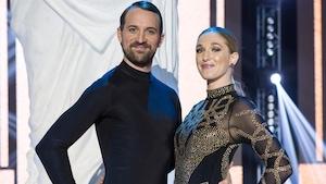 Le couple pose, main sur la hanche, sur la scène des Dieux de la danse.