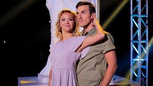 Julie Ringuette et Pascal Morrissette devant la statue des Dieux de la danse