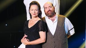 Sylvie Drapeau et Martin Larocque devant la statue des Dieux de la danse