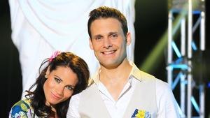 Véronique Bannon est accoté sur l'épaule de Sébastien Kfoury et les deux sourient.