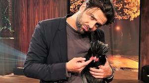 Jean-Philippe Wauthier avec une poule polonaise dans les mains.