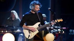 Un homme qui joue de la guitare.