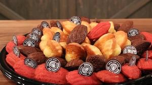 Différentes variétés de madeleine servies sur un plateau.