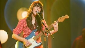 Maude Audet joue de la guitare.