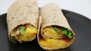 L'omelette est à l'intérieur d'une tortilla.