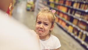 Une petite fille fait une crise dans un supermarché.