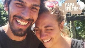 L'humoriste Simon Laroche et sa conjointe sourient, car ils viennent d'apprendre qu'ils attendent un enfant.