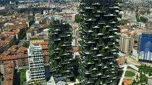 photo d'un bloc appartement en ville avec des plantes vertes sur tous les balcons