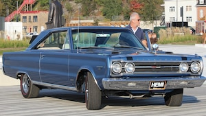 L'aniamteur Michel Barette et sa voiture bleue.