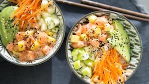 Des avocats, des pommes et une julienne de carottes complètent le poké.