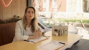 Elle est assise à table dans une rôtisserie.