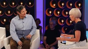 Robert parle avec Pénélope McQuade, ils sont assis dans de petits fauteuils.