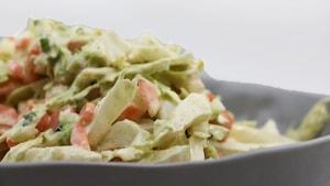 La salade est crémeuse avec sa sauce au yogourt et à la mayonnaise.