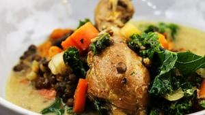 La soupe est dans un bol avec peu de bouillon et beaucoup de légumes.