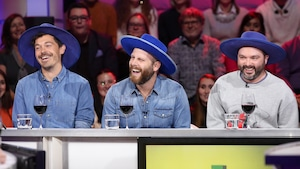 Trois membres du groupe Bleu Jeans Bleu sont sur le plateau de Tout le monde en parle coiffés de leur chapeau de cowboy en velour bleu.