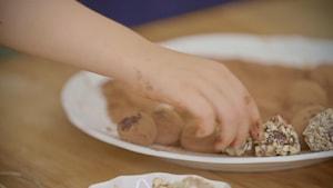 Un enfant prend une truffe.