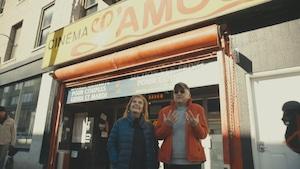 Nathalie Petrowski et Michel Barrette discutent sur le trottoir devant le Cinéma l'Amour.