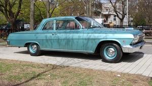 Une Chevrolet Biscayne 1962, bleu poudre.