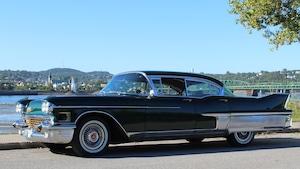 Une superbe Cadillac 1958 avec ailerons et chrome à l'arrière.
