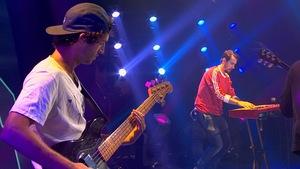 Le bassiste et le musicien au synthétiseur.