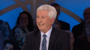 Il sourit.