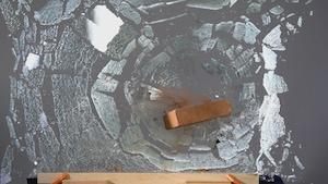 Le sac transpercé et les vitres cassées