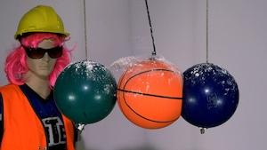 Le ballon écrasé et la peinture soufflée