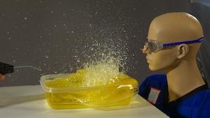 Les liquides soufflés et les billes de démolition