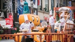 On voit des chefs cuisiniers rigolos sur un char