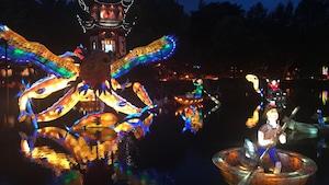Des constructions illuminées dans le jardin de Chine.