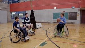 Activité para : Le basket en fauteuil
