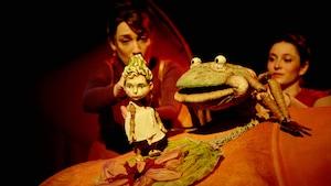 Une grenouille et une petite fille