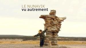 Un résident du Nunavik pose près d'un inukshuk.
