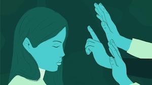 Une femme handicapée ferme les yeux, devant plusieurs mains dressées qui lui bloquent le passage.