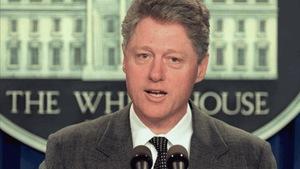 Le président américain Bill Clinton se présente devant la presse à la Maison Blanche le 2 mars 1995.