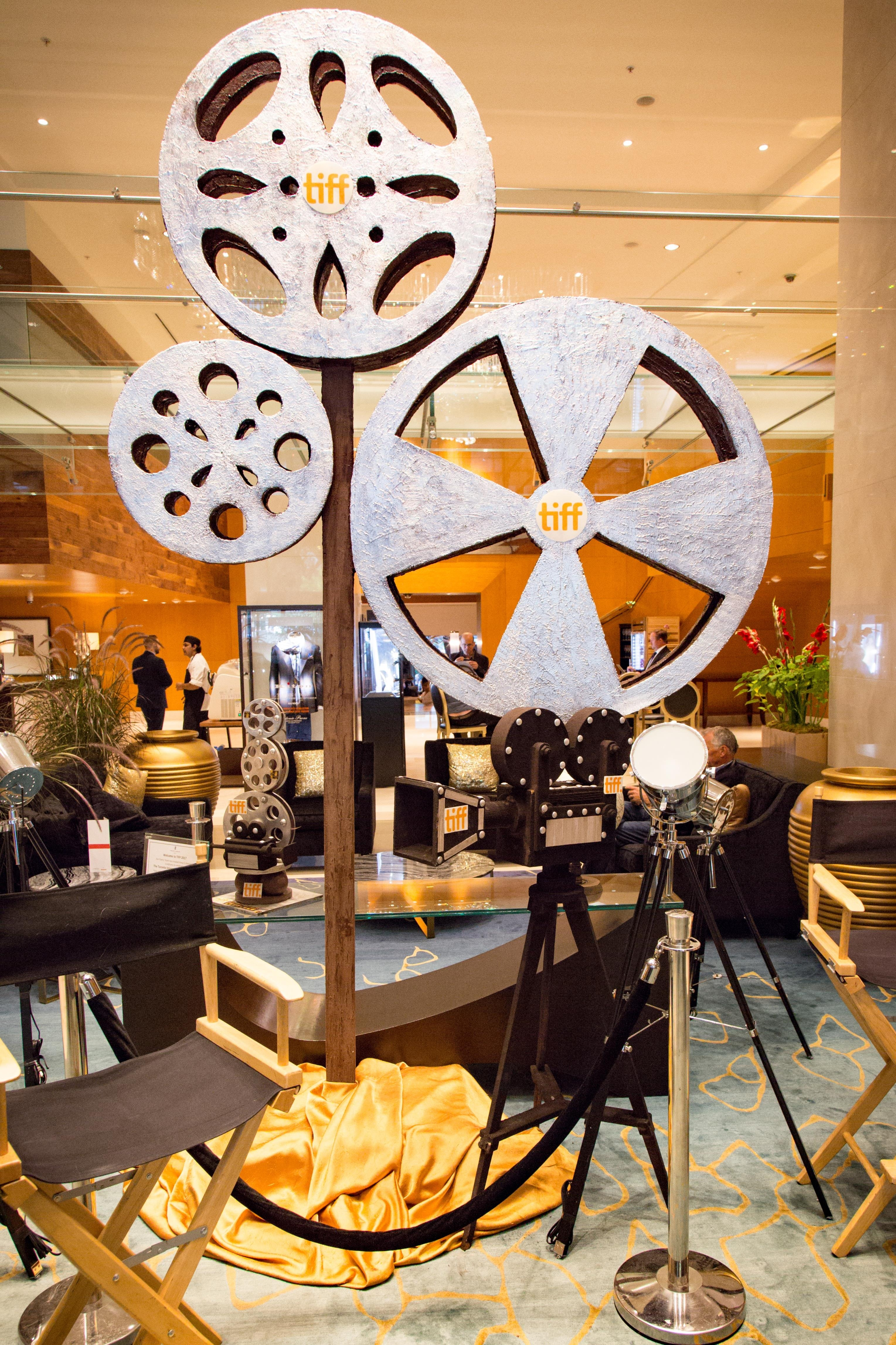 Une structure qui représente trois bobines de film