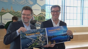 Les maires montrent fièrement la soumission des deux villes qui sera présentée à Amazon