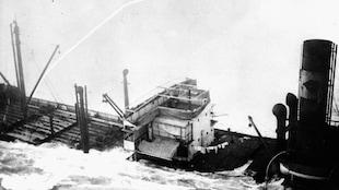 Le navire Rose Castle prend l'eau après avoir été torpillé en mer.